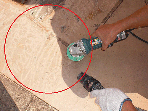 【4】既存塗料を研磨し、目荒らし(下地が付きやすいように傷を付ける事)する。