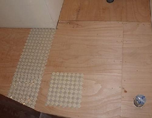 【2】変形材料(タイル)の為、実際に施工場所にタイルを仮設置し、割付けを考える。