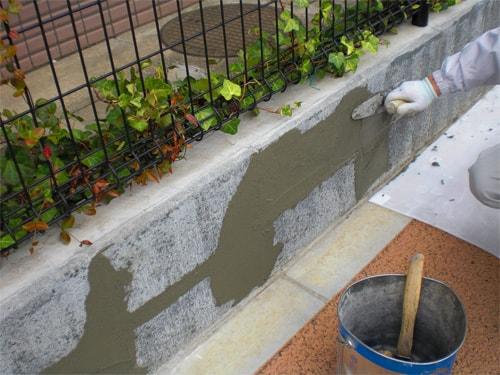 【3】ブロックの段差をタイルモルタルで補修塗りする。