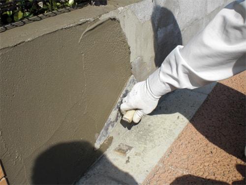 【4】下地処理が乾いた状態でタイルを張る為、タイルモルタルを塗る。