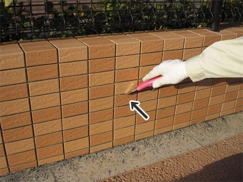 【9】紙をはがした後、目地からはみ出たタイルモルタルをきれいに取り除く。