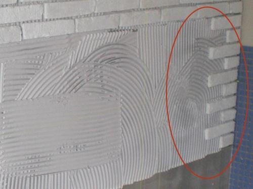 【7】まずタイルを張る壁の両端に、タイル割り寸法通りに一列づつ張る。