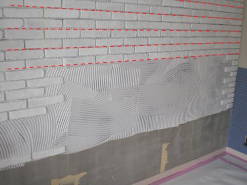 【8】上部より両端のタイル頭に合わせ一段おきに糸出し、線に合わせてタイルを張る。