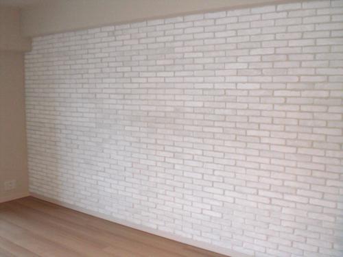 【15】クロス張りのリビングから、白いレンガ張りの壁面に変わりました。